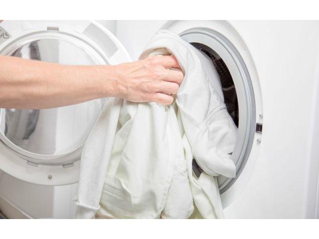 белая одежда и стиральная машинка