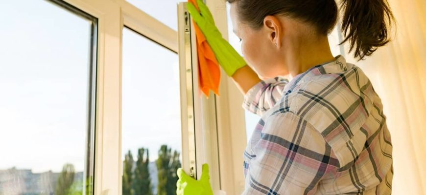 женщина моет окно