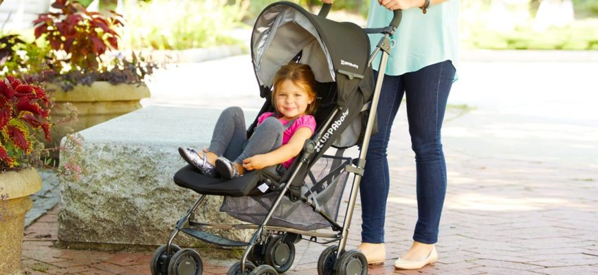 ребенок в прогулочной коляске