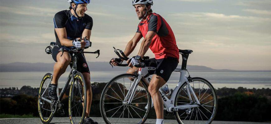 мужчины на велосипедах