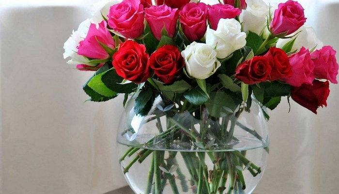 розы в вазе в воде