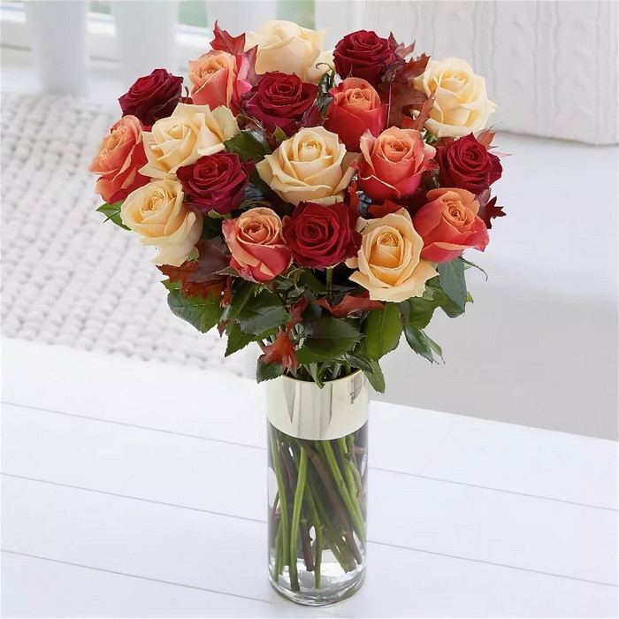розы в прозрачной вазе