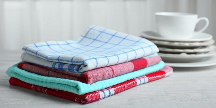 чистые кухонные полотенца в стопке